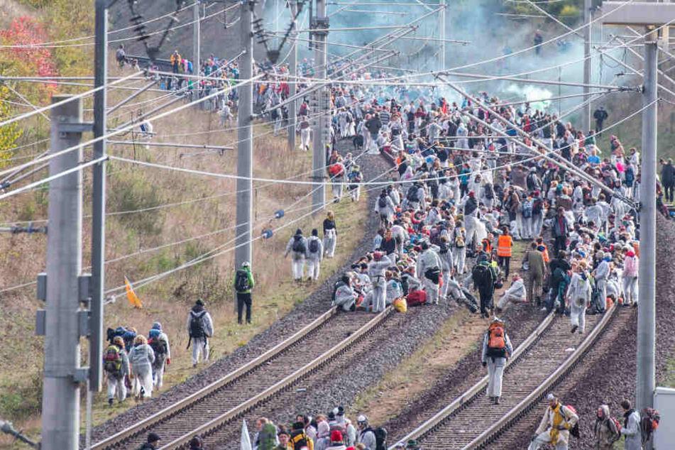 Großeinsatz im Braunkohle-Gebiet: Bagger und Bahn besetzt, Aktivisten eingekesselt