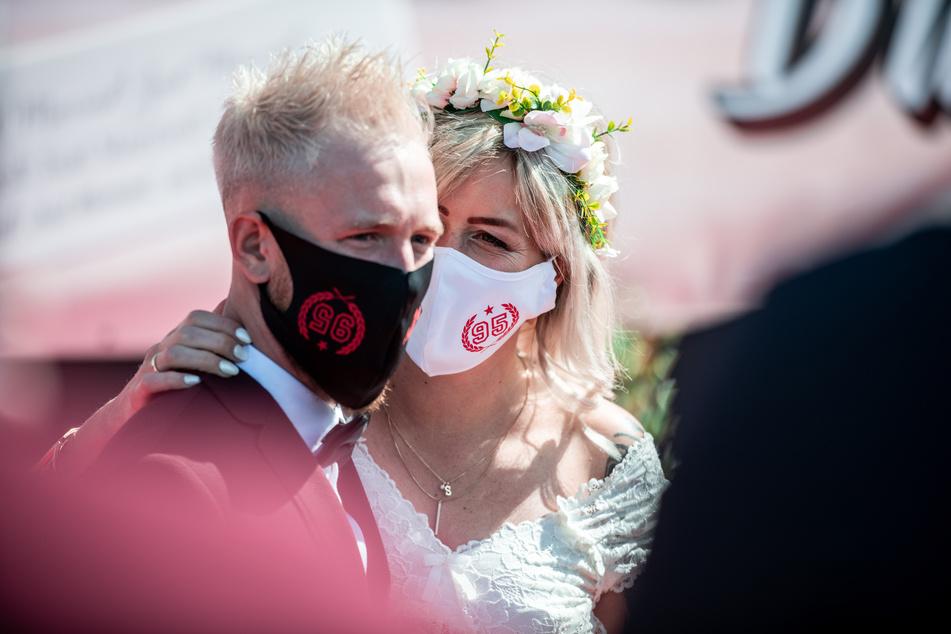 Corona-Lockerungen in NRW: Hochzeiten ohne Umarmungen!