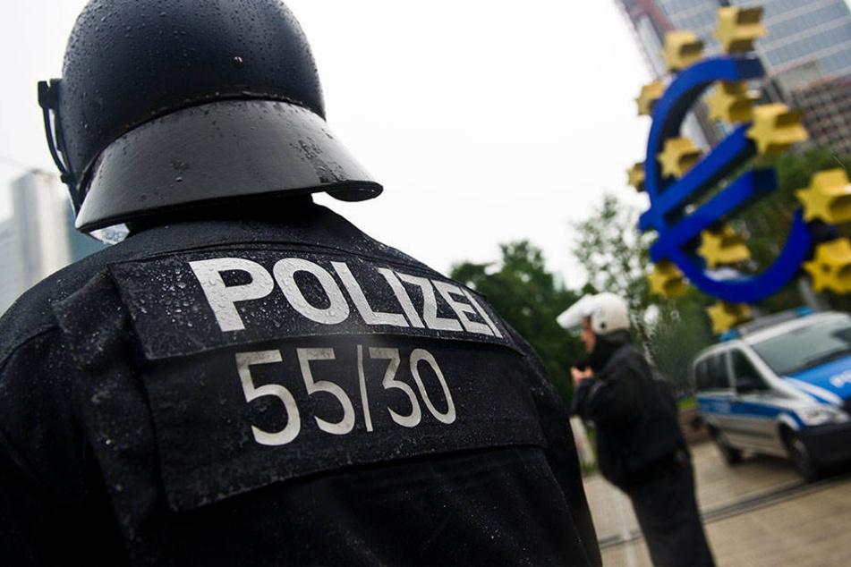 Bei einer Personenkontrolle wurden Polizisten von einer Frau mit Muttermilch bespritzt. (Symbolbild)