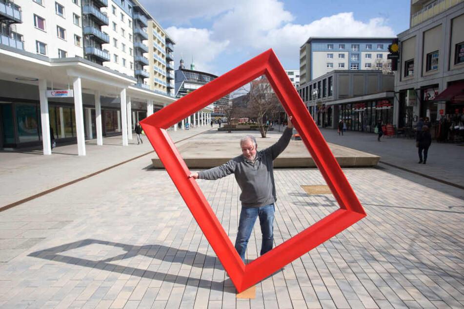 """Seit 20 Jahren am Platze und offen für neue Nachbarn: Frank Langer (68) von der Bilderrahmen-Manufaktur """"Galerie Rosenhof""""."""