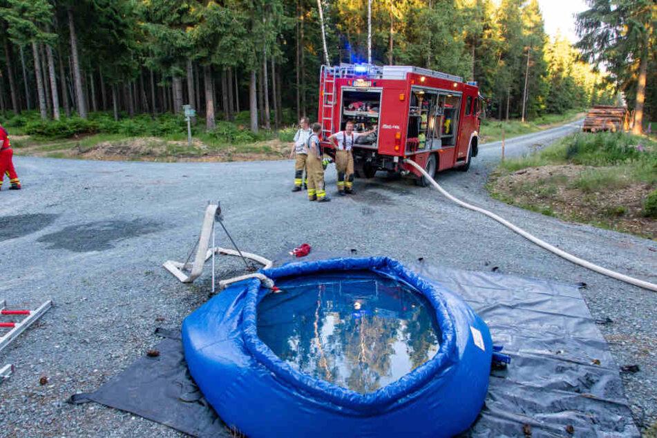 Auf dem Boden löschten die Feuerwehrleute mit Pendelverkehr weiter.