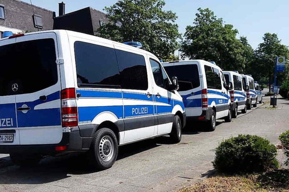 Bei einem 83-jährigen Wuppertaler ist die Polizei neben umfangreicher Kinderpornografie in einem Safe auf zahlreiche Zeitungsartikel über vermisste Kinder gestoßen. Daraufhin sei das Grundstück des Mannes auch mit Diensthunden abgesucht worden.