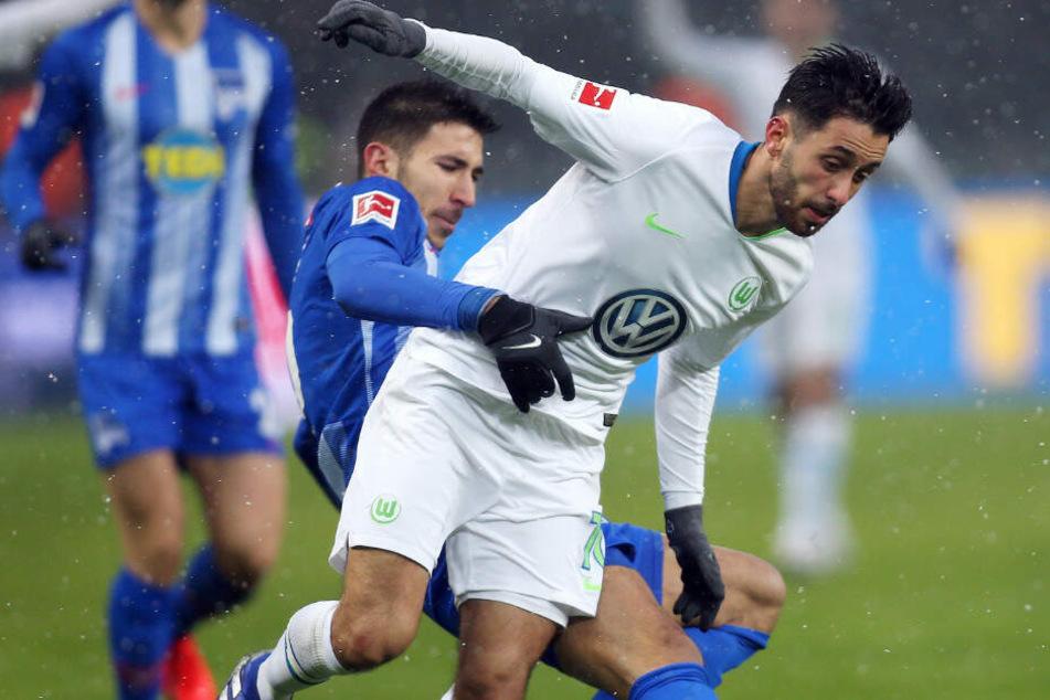 Hertha Marko Grujic (l) im Zweikampf mit Wolfsburgs (r) Yunus Malli. Der Offensivspieler wechselt auf Leihbasis zu Union.