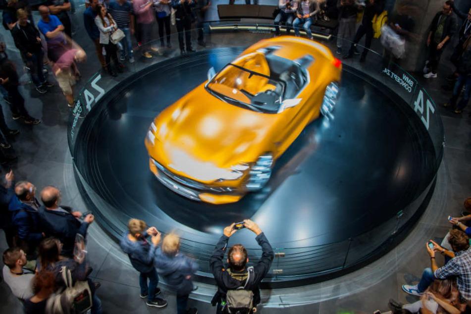 Ein BMW wird bei der Internationalen Automobil-Ausstellung 2017 in Frankfurt präsentiert.
