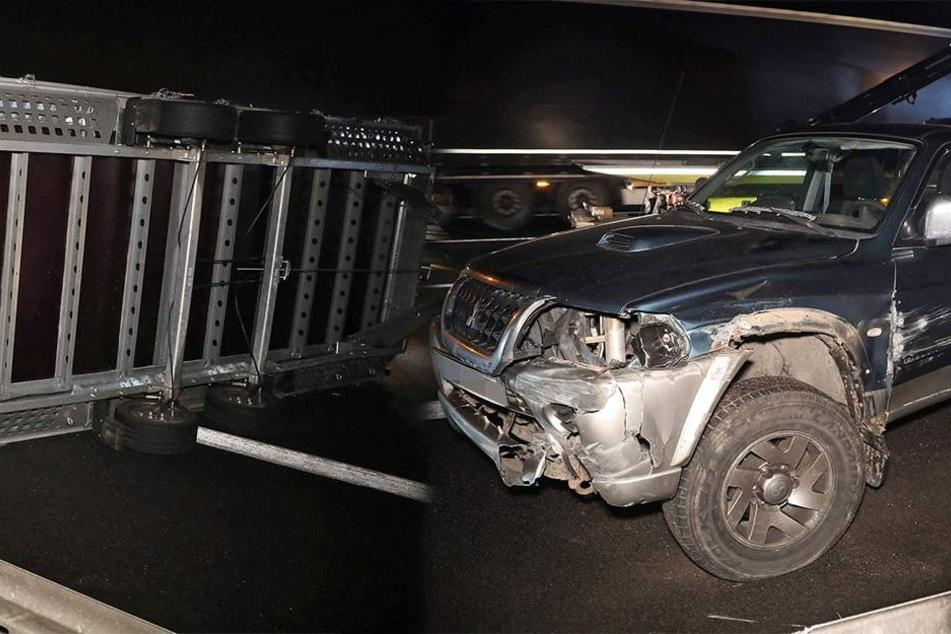 Mitsubishi gerät auf A4 mit Gespann ins Schleudern: Anhänger kippt auf Fahrbahn um