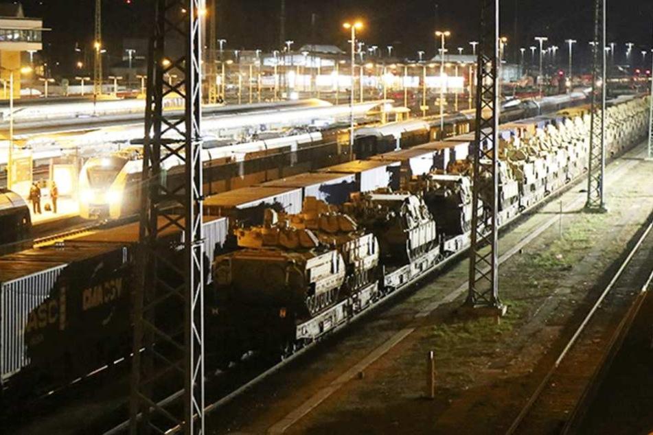 Die Panzer stehen in Hof und warten auf den Transport zu einer NATO-Übung nach Osteuropa.