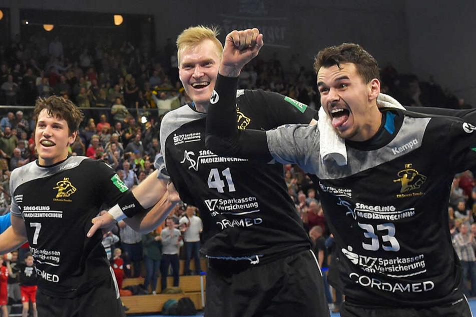 Die Dresdner Handballer feiern ihren 25:24-Heimsieg gegen TuS Ferndorf, vorn Tim-Philip Jurgeleit.