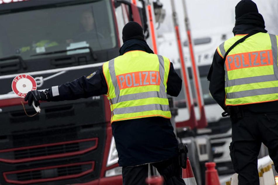 Die Polizei sucht auf Hochtouren nach dem Lkw. (Symbolbild)