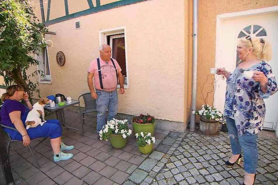 Kerstin freundete sich im Blaumann gleich mit Jürgens Hund an - Maggie tauchte in High Heels und mit zwei Tassen Kaffee auf.