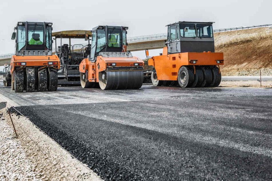 Lkw-Fahrer ballert 1,5 Kilometer über frischen Baustellen-Asphalt!