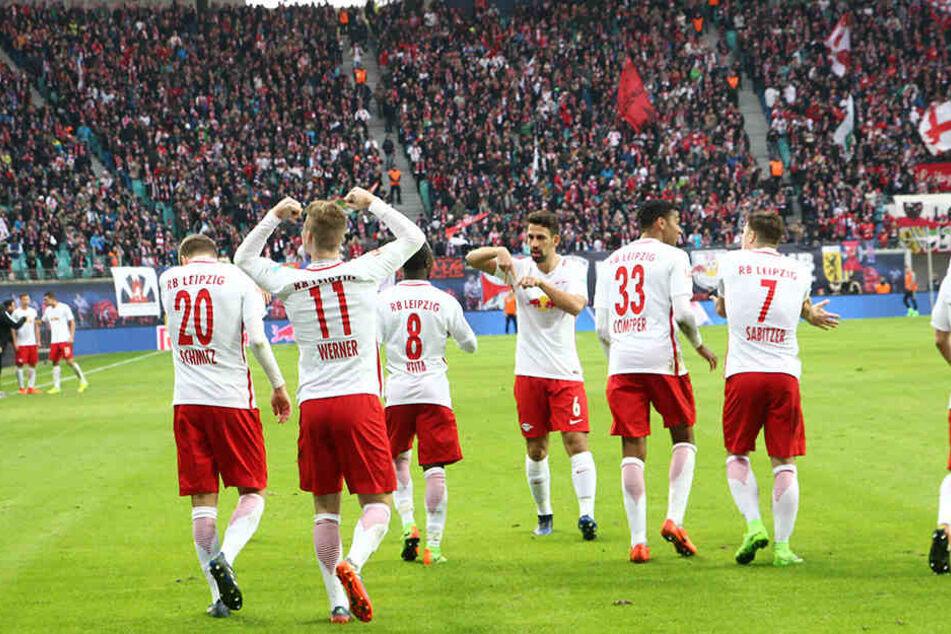 Die Leipziger Spieler jubeln mit ihren Fans.