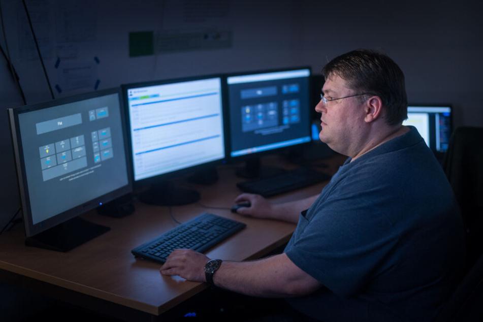 Programmierer Danny Heinz (40) überwacht am Bildschirmen die Daten aus der Forschungswohnung der TU Chemnitz.