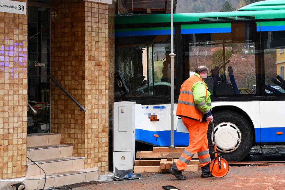 Der Bus war am Dienstag frontal gegen eine Hauswand geprallt.