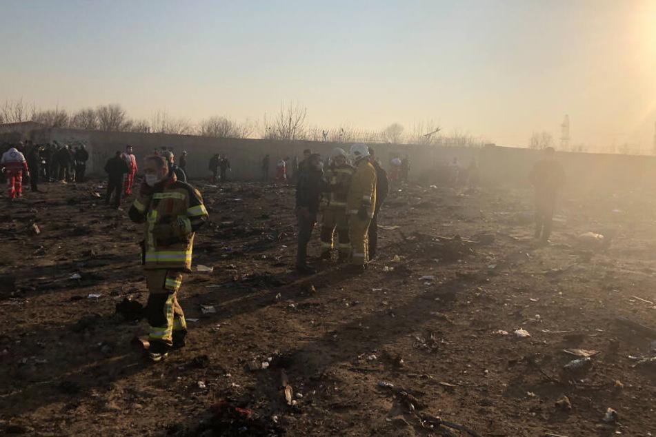 Rettungskräfte sind nach einem Flugzeugabsturzes am Rande von Teheran im Einsatz.