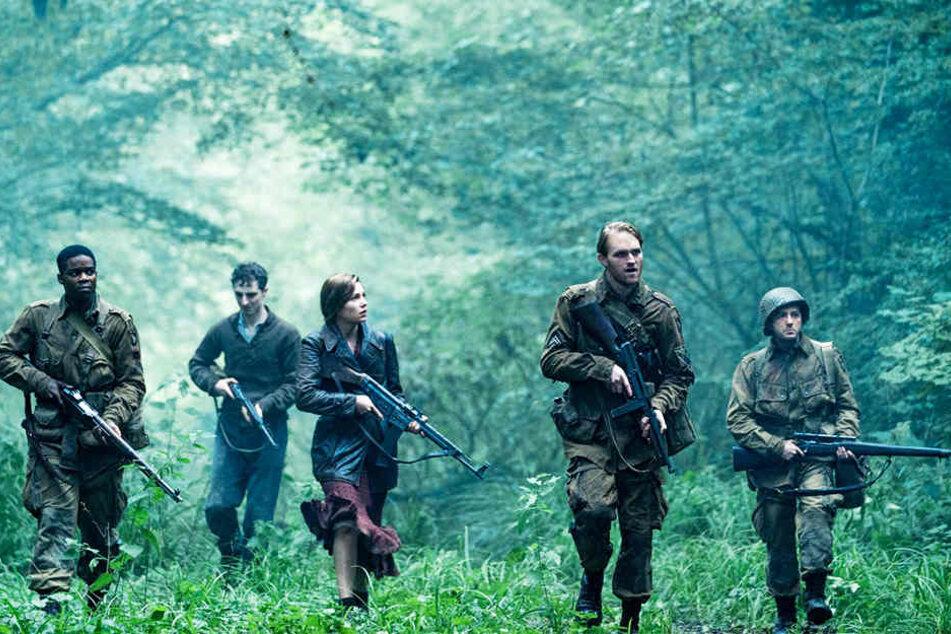 Die US-Soldaten Boyce (l., Jovan Adepo), Rosenfeld (Zweiter von links, Dominic Applewhite), Ford (Zweiter von rechts, Wyatt Russell) und Tibbet (John Magaro) mit der Französin Chloe (Mathilde Ollivier).
