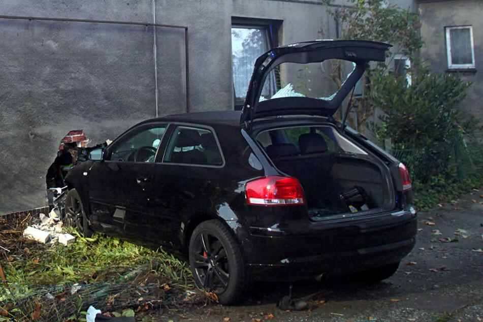 Nach Ehestreit: Auto kracht in Küche vom Nachbarhaus