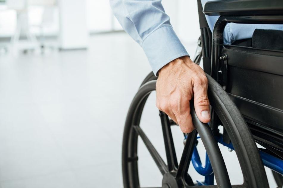 Sauerstoffgerät fängt Feuer: Rollstuhlfahrer ist Flammen ausgeliefert