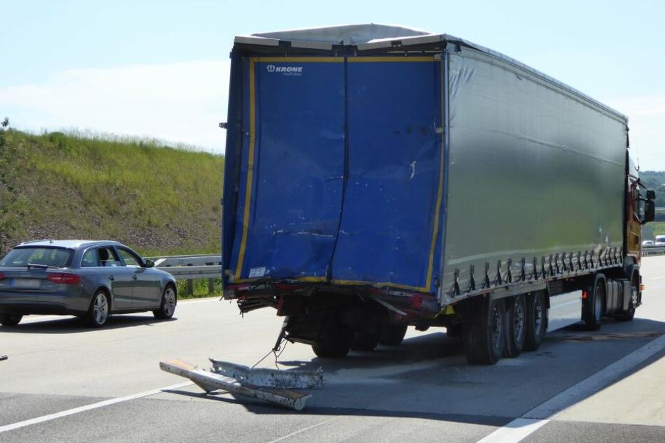 Der LKW war auf einen anderen Laster aufgefahren und hatte diesen gegen einen weiteren Laster geschoben.