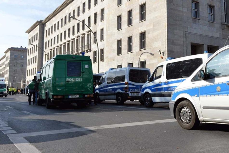 Polizei vor dem Bundesfinanzministerium (Archivbild).