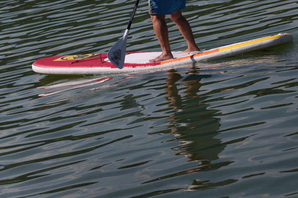 Der Wassersportler trieb kurzzeitig im Rhein. (Symbolbild)