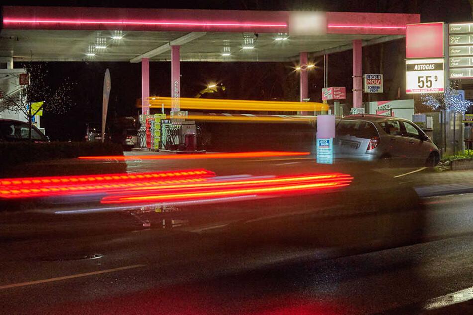Leichtsinnig brachte sich eine 67-jährige Tankstellenmitarbeiterin bei einem Überfall in große Gefahr. (Symbolbild)