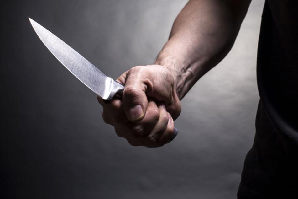 Erst beleidigte der Täter sein Opfer, dann zog er ein Messer. (Symbolbild)
