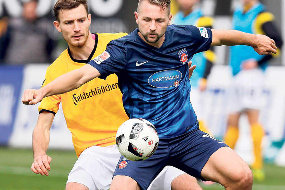 Florian Ballas (hinten) hatte den Heidenheimer John Verhoek im Hinspiel gut im Griff. Am Ende stand es 0:0.