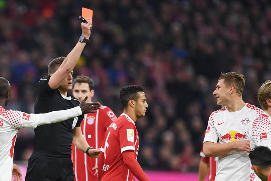Der Schiedsrichter Daniel Siebert zeigt die rote Karte gegen Willi Orban von Leipzig.