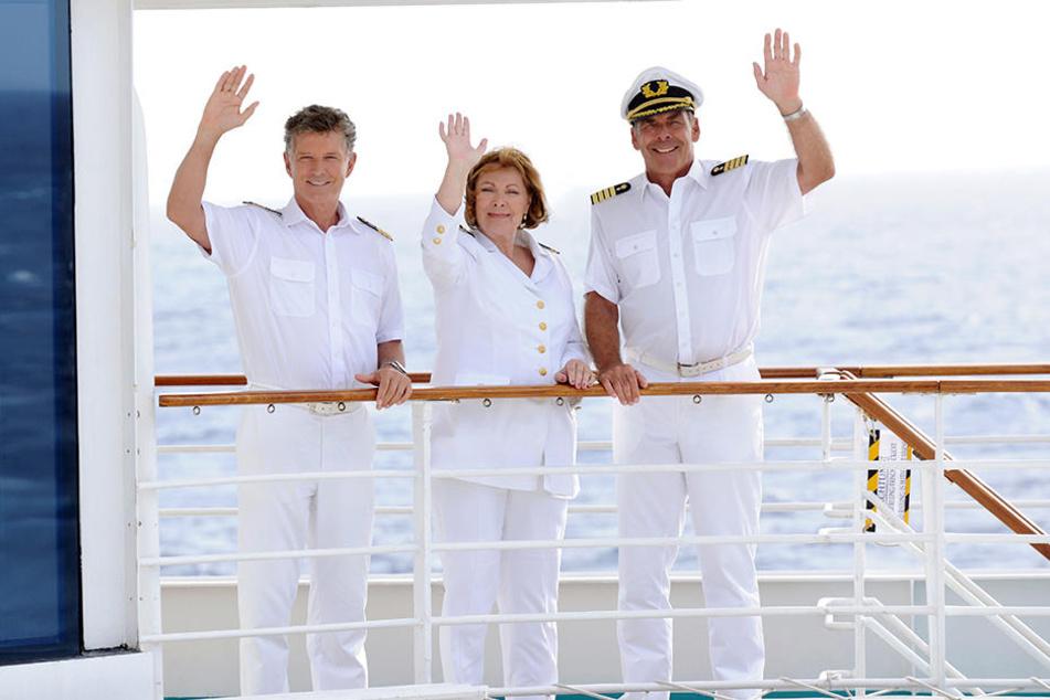Heide Keller, hier mit Schiffsarzt Nick Wilder (li.) und Kapitän Sascha Hehn (re.), sagt Tschüss.