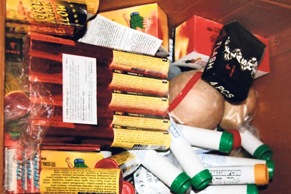 Kistenweise Böller lagerten in der Wohnung im Fünfgeschosser in Seidnitz.