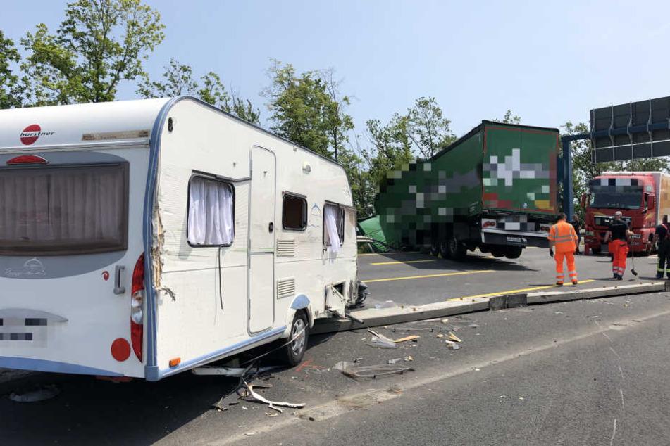 Der Wohnwagen kapselte sich durch den Unfall von dem Auto ab.