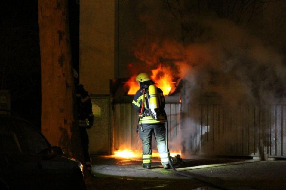 Diesen Container in der Grassistraße löschte die Feuerwehr gegen Mitternacht.
