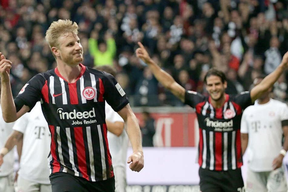 Eintracht-Verteidiger Martin Hinteregger (Li.) bejubelt seinen Treffer zum zwischenzeitlichen 4:1 gegen den FC Bayern München.