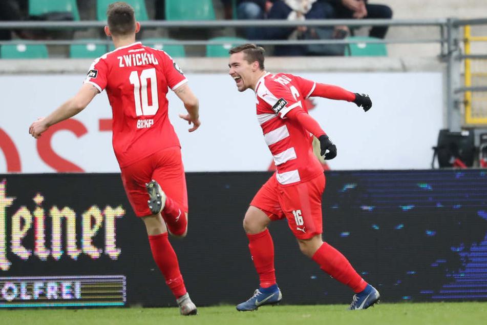 Torschütze Anthony Barylla feiert das 1:0 für Zwickau.