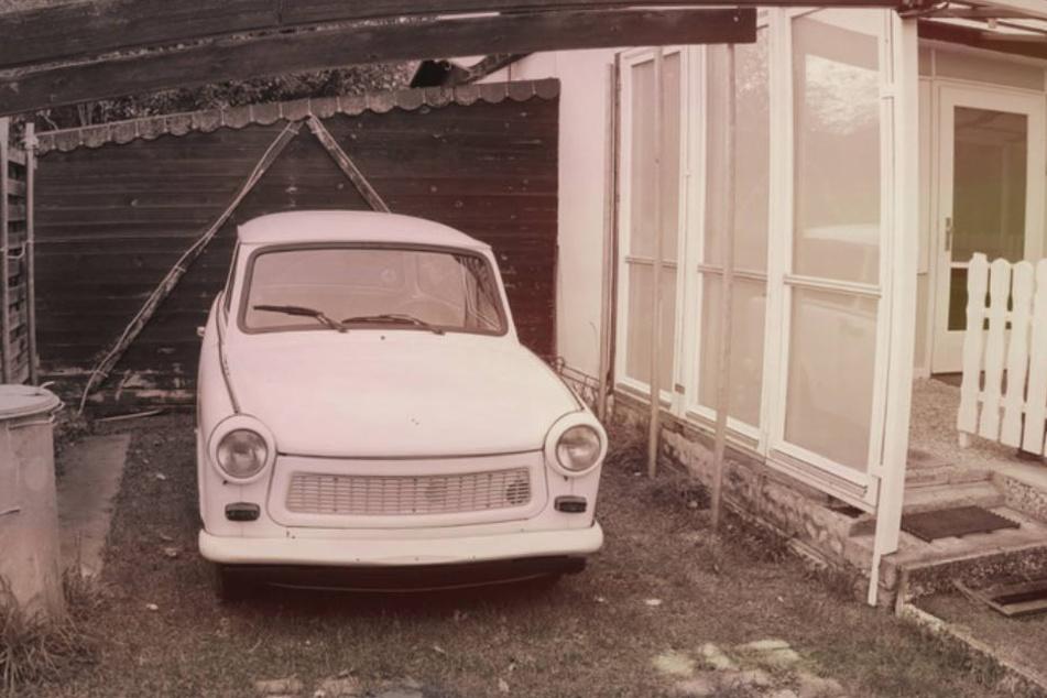 Sogar ein Trabi steht stilecht vor der Tür in der Einfahrt.