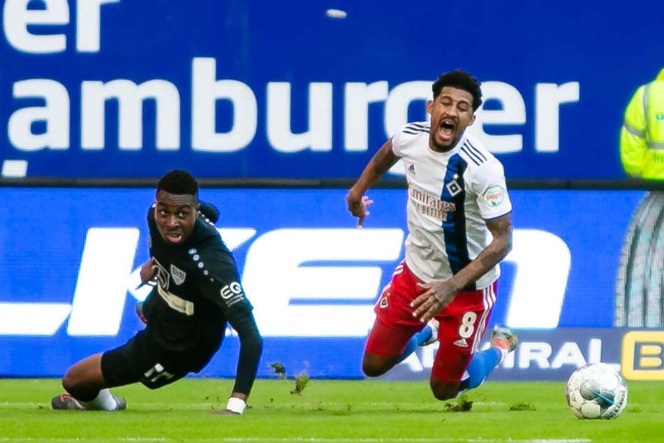 HSV-Spieler Jeremy Dudziak wird von Gegenspieler Maxime Awoudja im Strafraum von den Beinen geholt.
