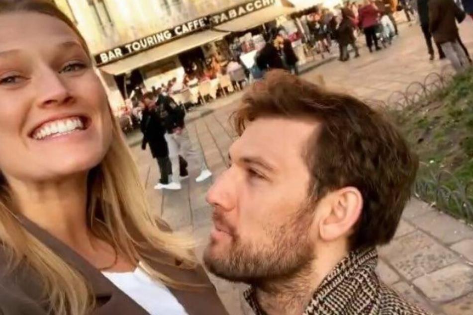 Die 27-Jährige will ein Foto schießen - da kniet der Schauspieler vor ihr nieder.