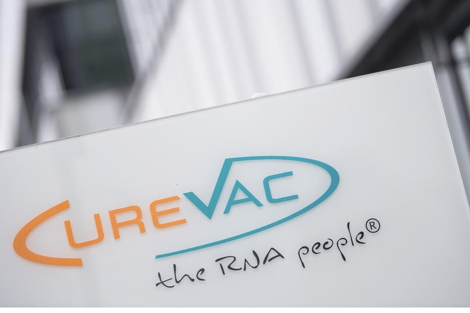 """Das Logo des Biotech-Unternehmen Curevac mit dem Slogan """"the RNA people"""" steht an der Unternehmenszentrale in Tübingen."""