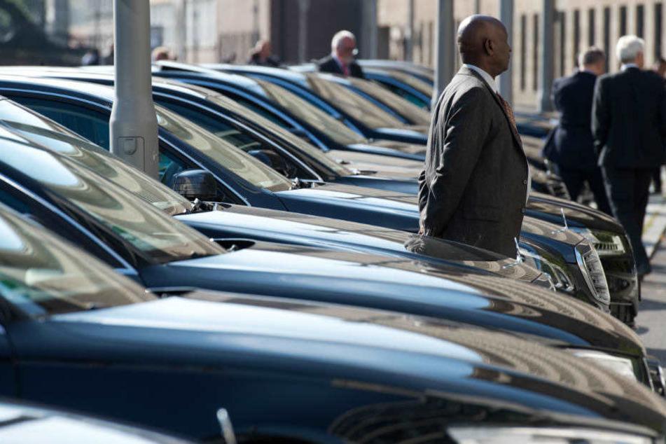 Zahlreiche Fahrer warten neben den Limousinen von Botschaftern aus diversen Ländern. (Symbolbild)