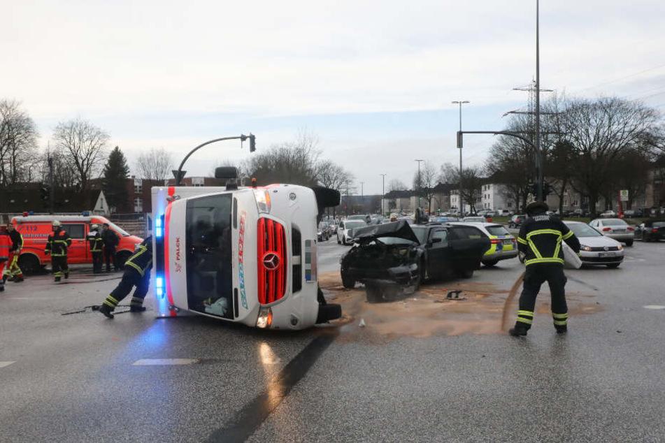 Der Rettungswagen kippte durch den Unfall auf die Seite.