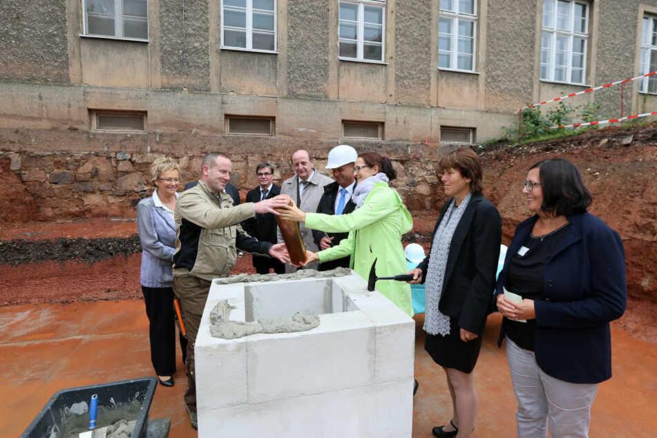 Auch OB Findeiß (60, SPD, 2.v.r.) feierte am Montag den Baubeginn für Haus 8 mit.