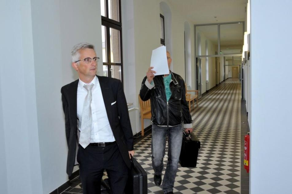 Der Angeklagte, Schrotthändler Mike S., und sein Anwalt.