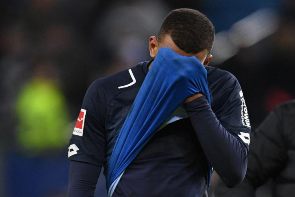 Hoffenheims Kevin Akpoguma mit eindeutiger Geste nach dem Abpfiff. Er erzielte das 1000. Eigentor der Bundesligageschichte.