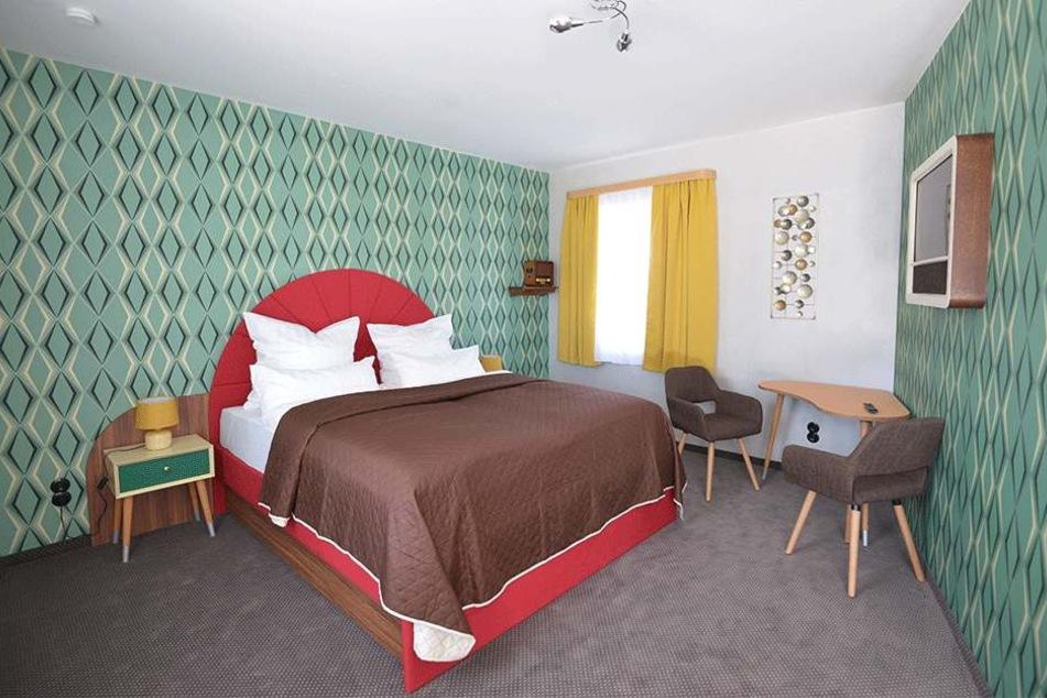 Motel-Zimmer mit individueller Einrichtung im Stil der 50er-Jahre.