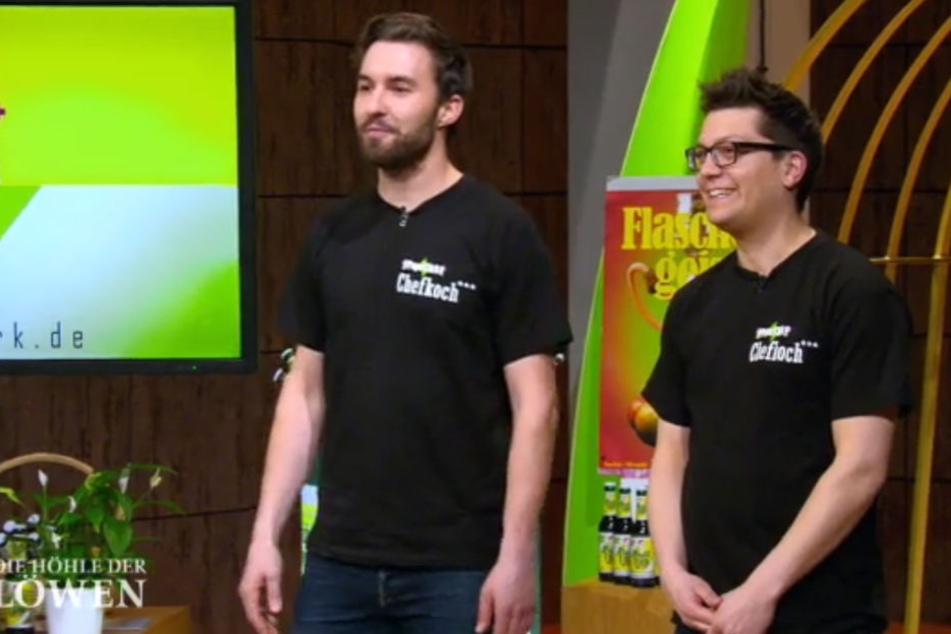 """Jan Plewinski (links) und Roman Will (rechts) haben es geschafft! Mit ihrem Getränk """"Papa Türk"""" konnten sie Ralf Dümmel an Bord holen."""
