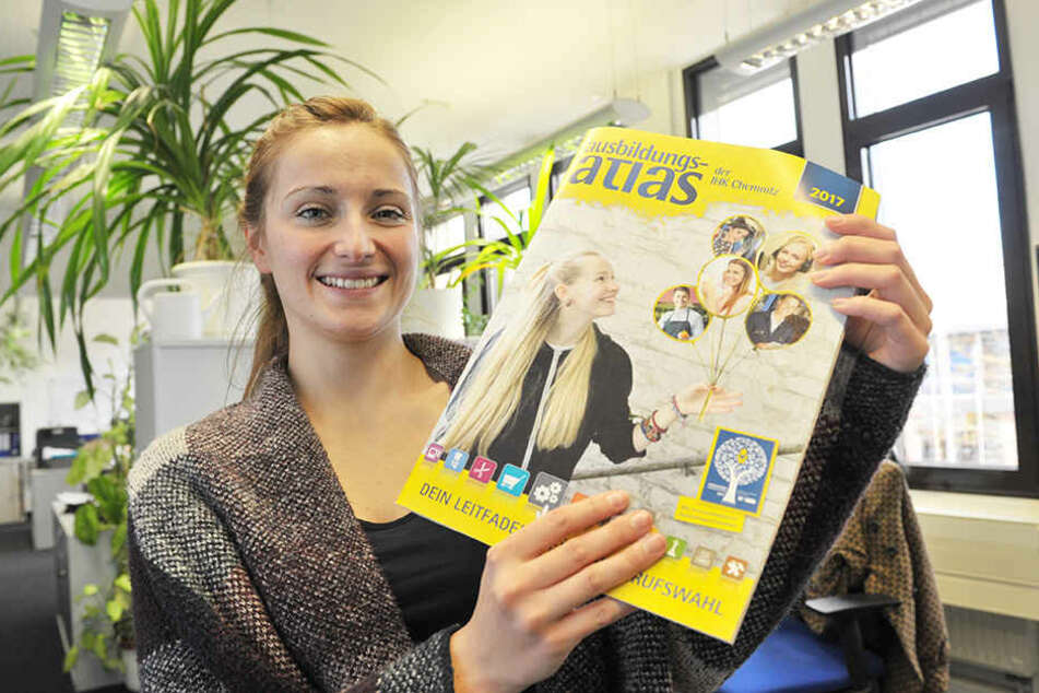 Virgine Marx (20) zeigt den druckfrischen IHK-Ausbildungsatlas, von dem es  7000 Exemplare gibt.