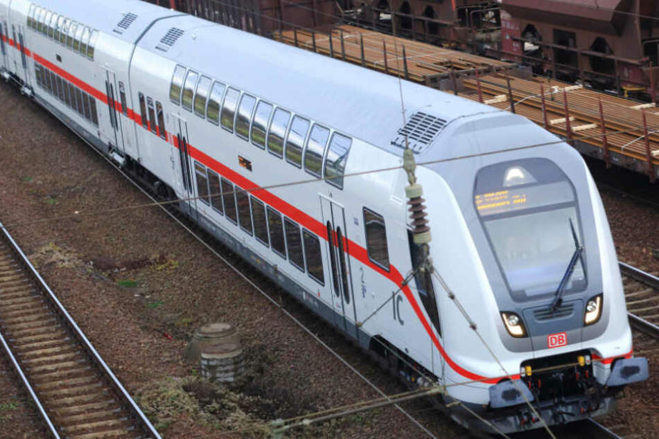 Mehrere Eisbrocken fielen auf den Intercity (Symbolbild).