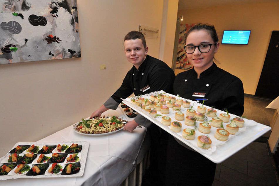 """Das """"Hotel an der Oper"""", in dem Laura Hirsch (16, r.) und Markus Dietrich(19) lernen, ist ein """"Empfohlener Ausbildungsbetrieb""""."""