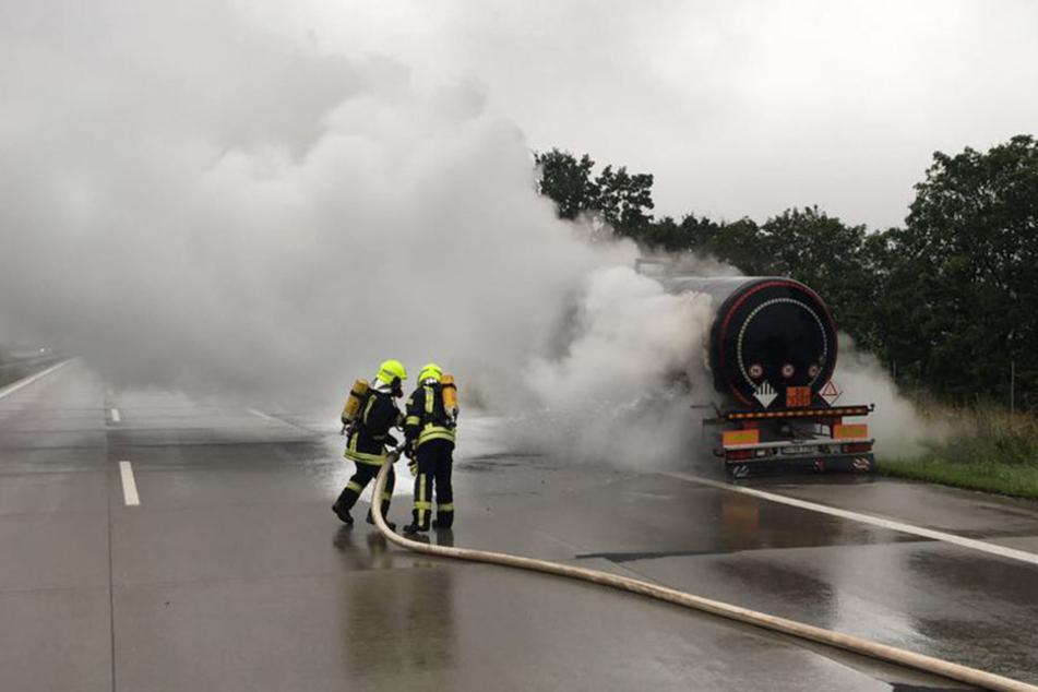 Die Feuerwehr koppelte den Hänger ab und löschten das Feuer.