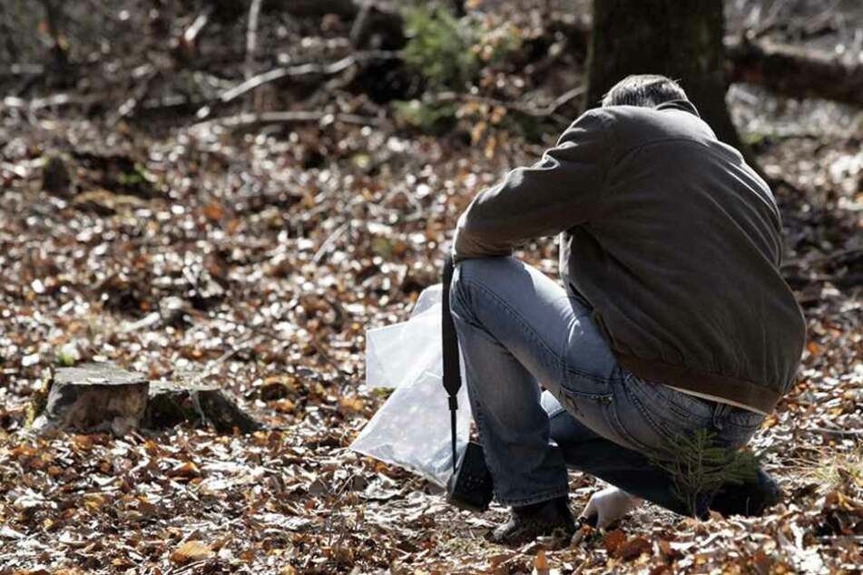 Jägerinnen entdecken menschliches Skelett im Wald
